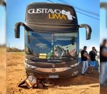 Ônibus de Gusttavo Lima se envolve em acidente com moto na BR-060, em Anápolis-GO